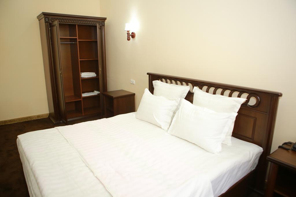 Room 2810 image 23574
