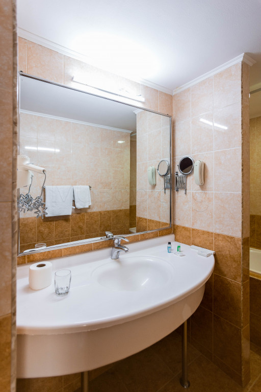 Room 1826 image 33643
